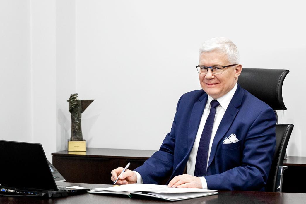 Prezydent Adam Neumann przy biurku
